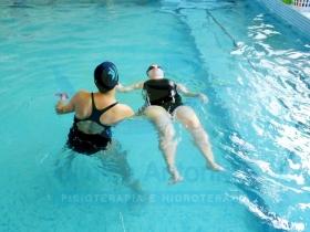 Natação - Iniciando nado costas com ajuda da professora
